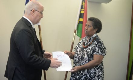 Merilyn Tahi receives Commonwealth Award